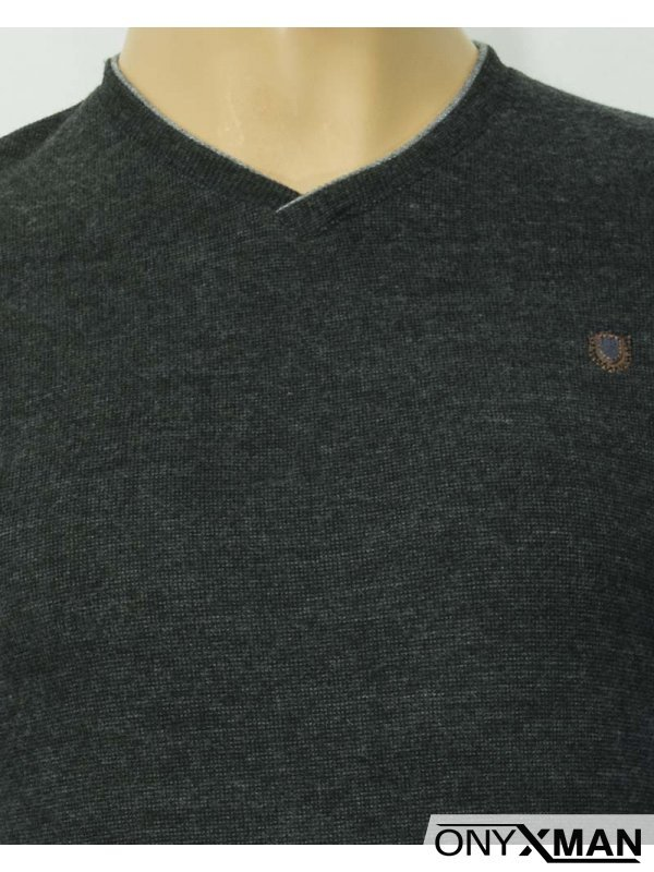 Мъжка плътна блуза в черен цвят с остро деколте