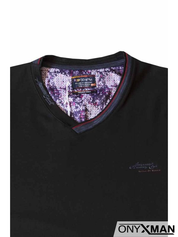 Тениска в черно с остро деколте
