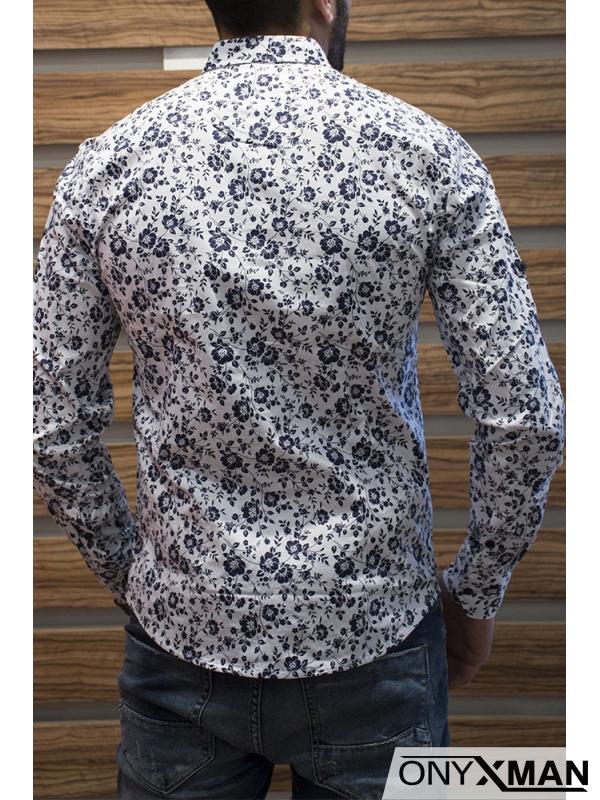 Бяла риза със сини флорални мотиви