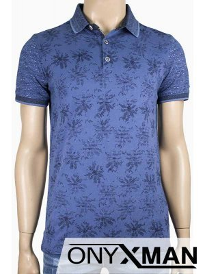 Стилна тениска с яка в син цвят и флорални мотиви