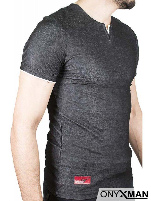 Тениска с остро деколте с бял акцент