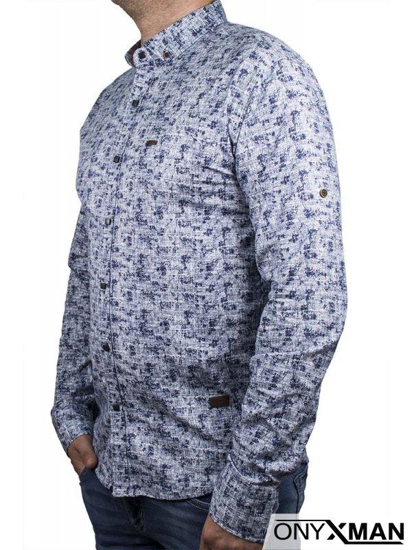 Класна риза в бял цвят със сини шарки