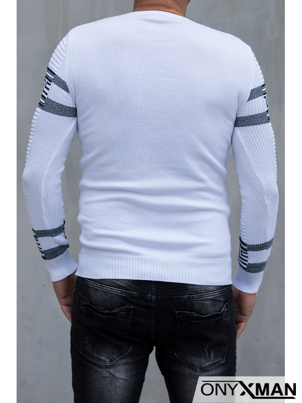 Вталена бяла блуза с черни шарки