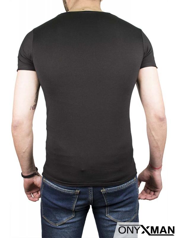 Интересна тениска в черен цвят с плътен принт