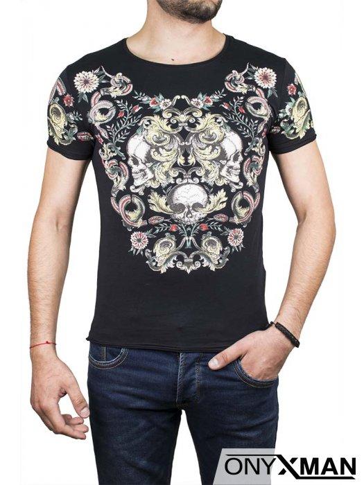 Флорална тениска в черен цвят