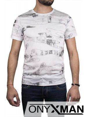 Бяла тениска с вълнообразни фигури