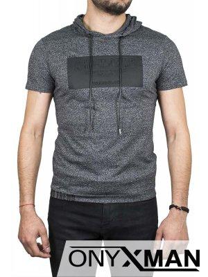 Тениска с качулка в сив цвят и надпис