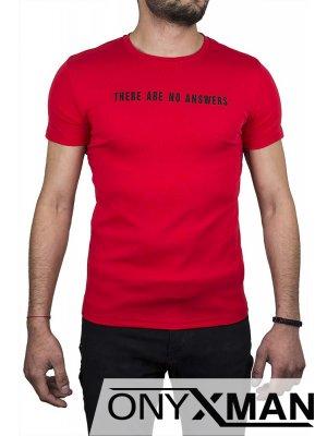 Червена тениска с птица на гърба