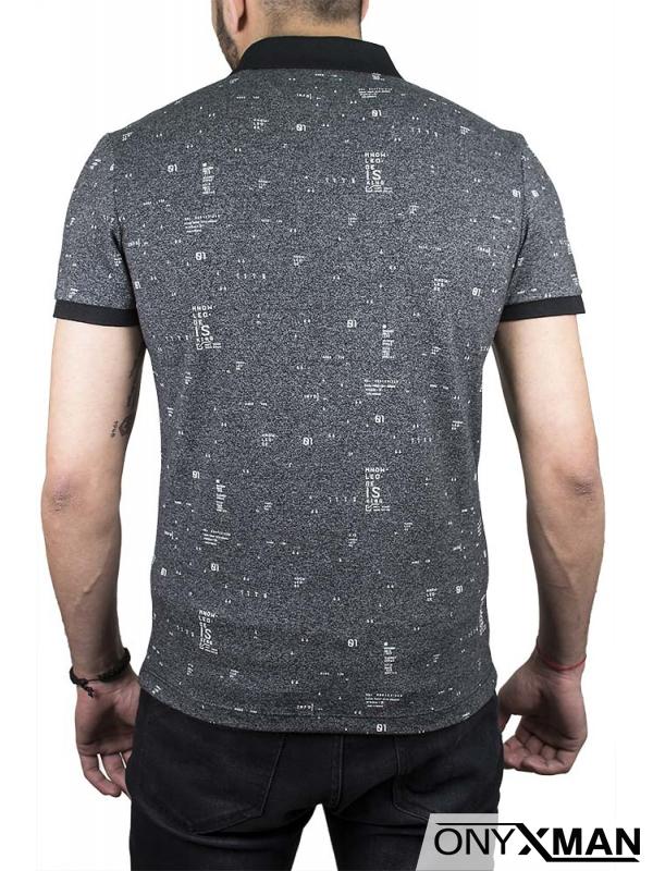 Тениска с якичка в черен цвят с емблема