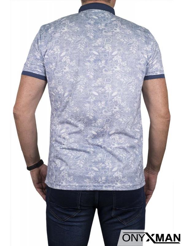 Тениска в светло синьо с малка якичка