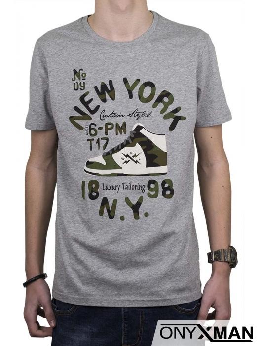 Тениска в сиво с камуфлажен принт