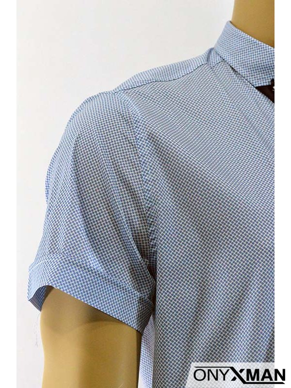 Мъжка риза в бяло с десен на кръгове