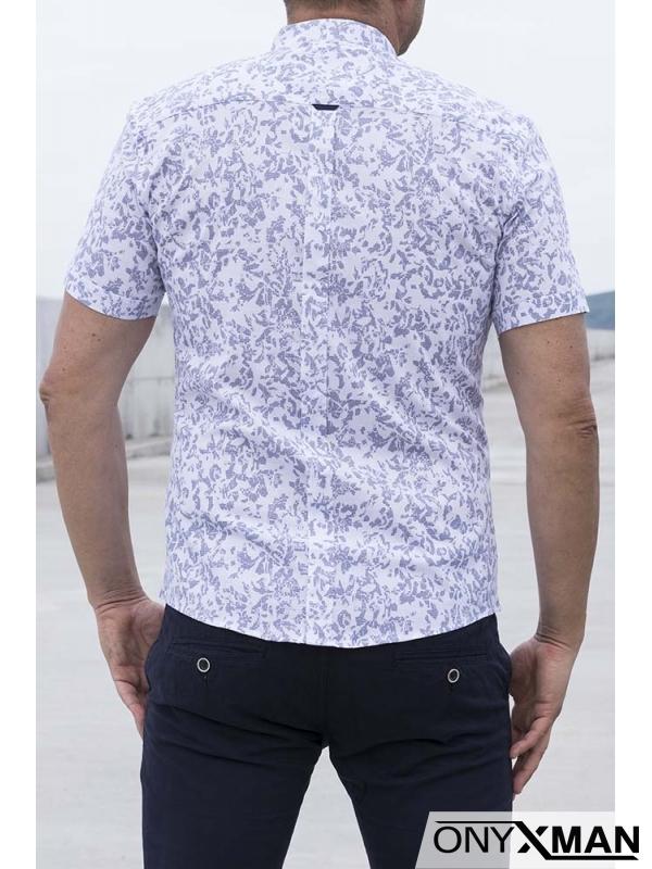 Стилна мъжка риза в бяло с десен на точици