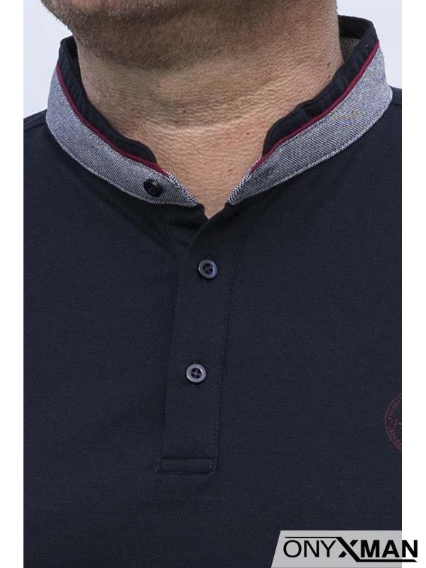 Семпла тениска с попска яка в тъмно синьо