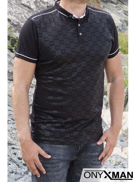 Вталена тениска с якичка и принт в черно