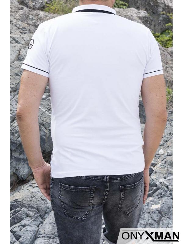 Вталена тениска с якичка и принт в бяло