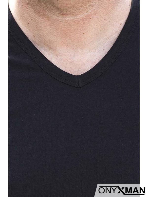 Тениска в черно с остро деколте и емблема