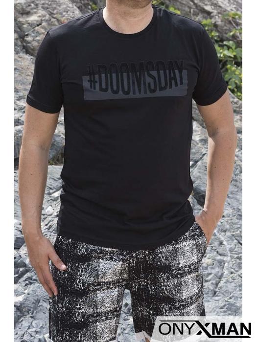 Вталена тениска в черно с релефен гумиран надпис