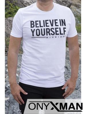 Тениска в бял цвят с черен надпис