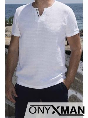 Памучна тениска в бяло с декоративни копченца