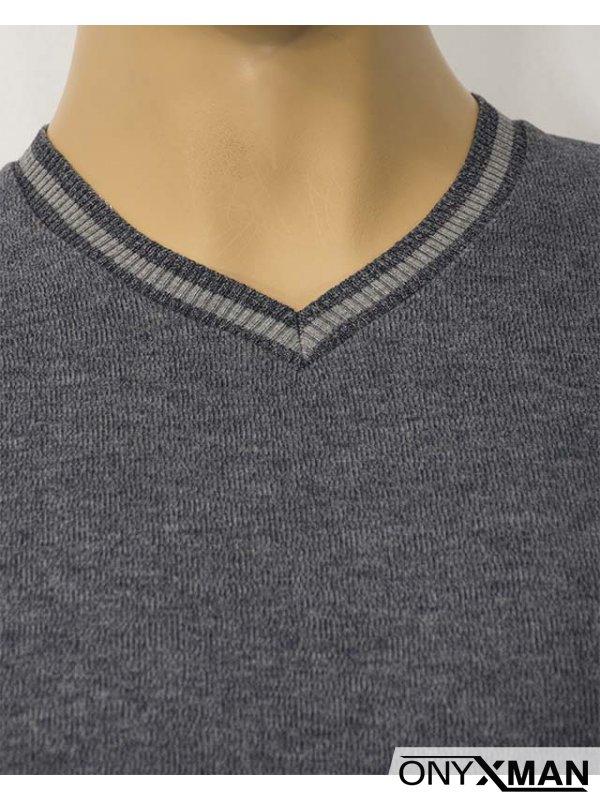 Мъжка блуза с остро деколте