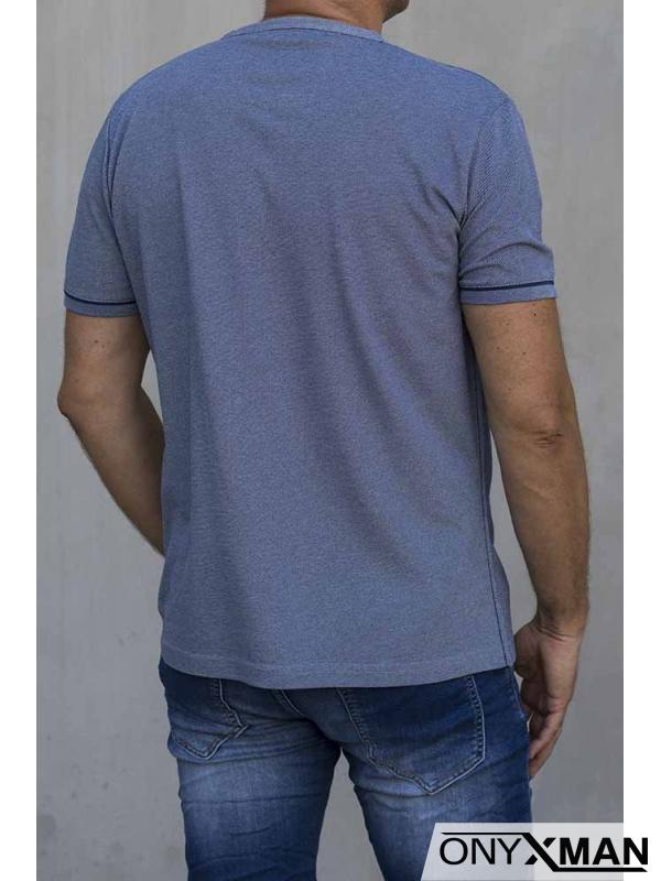 Мъжка тениска с остро деколте и копченца